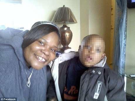 La madre con su hijo menor con síndrome de Down.