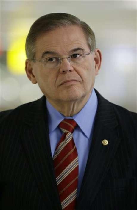En esta fotografía de archivo del 1 de marzo de 2013, se ve al senador demócrata por Nueva Jersey, Robert Menendez, durante una conferencia de prensa en el aeropuerto internacional de Newark.