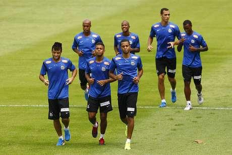 <p>Giva (o primeiro à esquerda) deve ficar com vaga de Neymar no domingo</p>