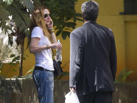 Graziella, ex-mulher do cantor, na entrada do IML de São Paulo, onde está corpo de Chorão