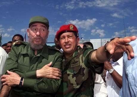 En esta fotografía de archivo del 28 de octubre de 2000, se ve al presidente cubano Fidel Castro, izquierda, junto al presidente venezolano Hugo Chávez en Barinas, Venezuela, cerca de Sabaneta, donde nació Chávez. El vicepresidente venezolano Nicolás Maduro anunció el martes 5 de marzo de 2013, que Chávez había muerto a los 58 años luego de luchar dos años contra el cáncer.