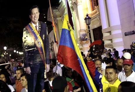 Clima é de tristeza nas Praça Bolívar, em Caracas, onde venezuelanos carregam imagens de Hugo Chávez