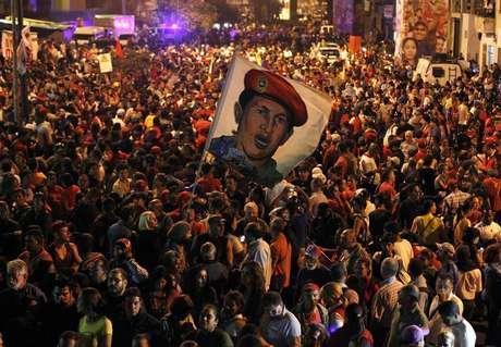 Simpatizantes do presidente da Venezuela, Hugo Chávez, reagem ao anúncio da morte do mandatário, no lado de fora do hospital onde ele estava sendo tratado, em Caracas, na Venezuela, na terça-feira. 05/03/2013