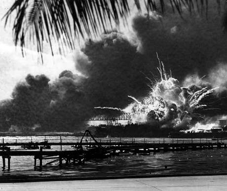 Surpreendente ataque à base naval de Pearl Harbor, no Hawaii, sede da frota americana no Pacífico, leva definitivamente os EUA a entrarem na Segunda Guerra Mundial