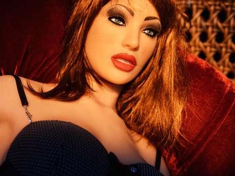 <p>Como se não bastassem os produtos focados em celebridades, quem rouba mesmo a atenção do evento é Valentina, uma boneca feita de cyberskin - um silicone parecido com a pele humana</p>