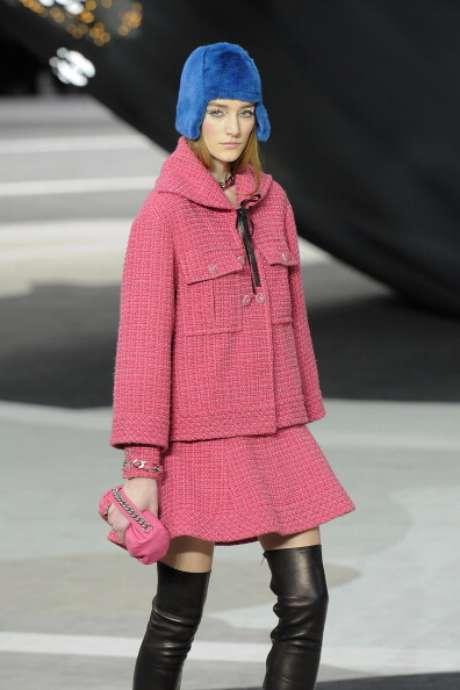 <p>O pink é uma das cores da estação, como nessa proposta de Karl Lagerfeld para a Chanel</p>