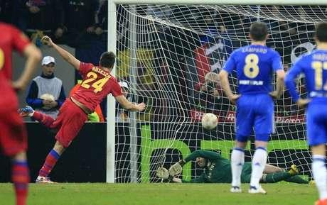 O jogador do Steaua Bucareste Raul Rusescu marca gol de pênalti contra o Chelsea pela Liga Europa nesta quinta-feira.
