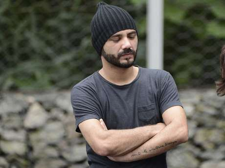 O humorista Daniel Peixoto na chegada ao velório de Chorão, nesta quinta-feira, em Santos
