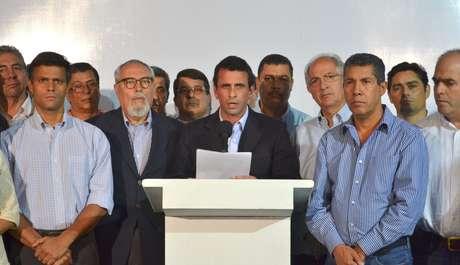 <p>Fotografía cedida por el departamento de prensa de Henrique Capriles Radonsky, donde aparece el gobernador Capriles leyendo un comunicado de condolencias por la muerte del presidente Hugo Chávez, en Caracas.</p>
