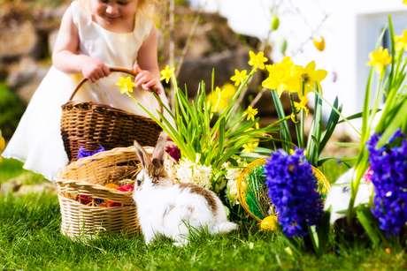 Caça aos ovos é a brincadeira mais conhecida de Páscoa, quando as crianças saem em busca dos seus presentes