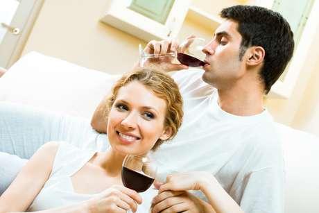 Apesar das qualidades, bebida deve ser consumida com moderação. Para os homens, o limite diário é de 300 ml e para as mulheres é de 200 ml