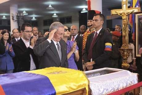 Chefes de estado visitantes caminham ao lado do caixão do presidente da Venezuela, Hugo Chávez, em Caracas, Venezuela. 8/03/2013
