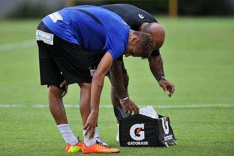 """Neymar recebe atendimento após ser """"caçado"""" em treino"""