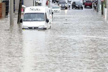 Chuva causou alagamento e transtornos nas ruas de Florianópolis