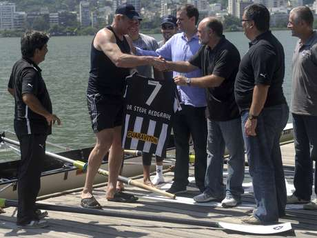 <p>Na Lagoa Rodrigo de Freitas, Steve Redgrave remou com atletas do Botafogo e ganhou camisa do clube</p>