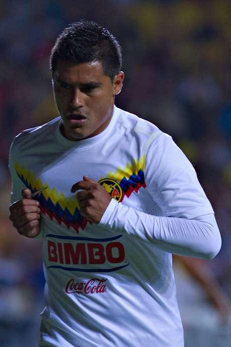 <p>Osvaldo Martínez cobró y estrelló su 'balazo' en el travesaño.</p>