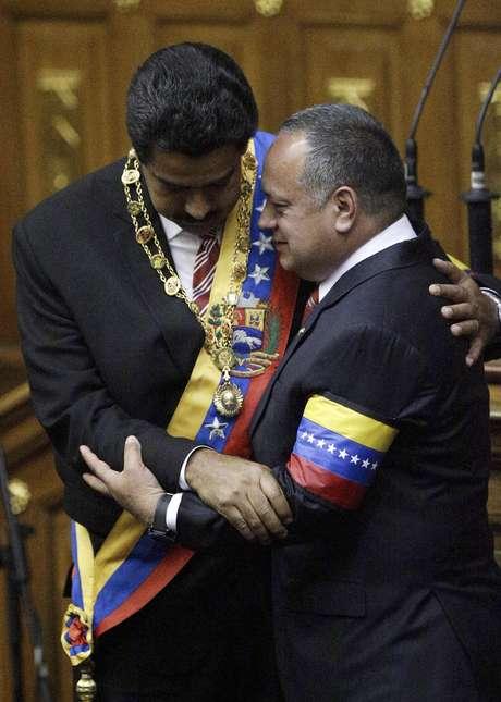 <p>Diosdado Cabello (d), presidente de la Asamblea Nacional, viajó este lunes a Roma, donde asistirá en representación del gobierno venezolano, a la coronación del máximo líder de la iglesia católica.</p>