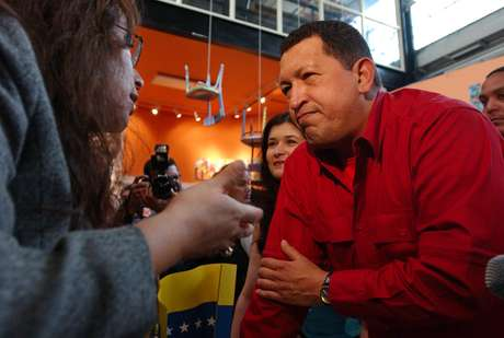 """El ex presidente de Venezuela, Hugo Chávez, escucha a Majora Carter, activista y directora de la organización """"Sustainable South Bronx"""" el 17 de septiembre del 2005, en el sur del Bronx, en Nueva York."""