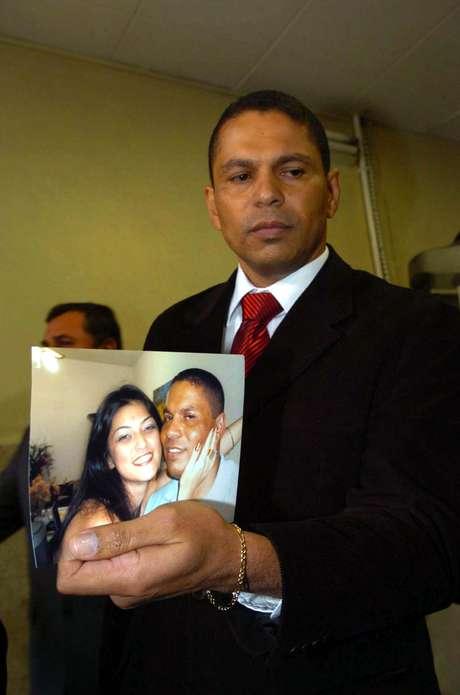 <p>O advogado e policial militar reformado Mizael Bispo de Souza, acusado de matar a ex-namorada Mércia Nakashima, com uma foto na qual aparece com a vítima</p>