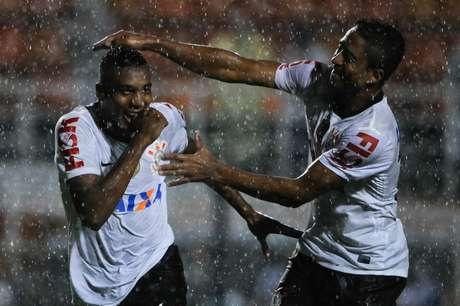 Edenílson comemora o gol que abriu o placar da vitória do Corinthians