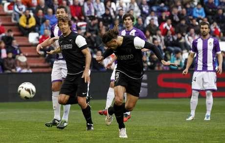 Lugano observa Demichelis afastar bola da defesa do Málaga