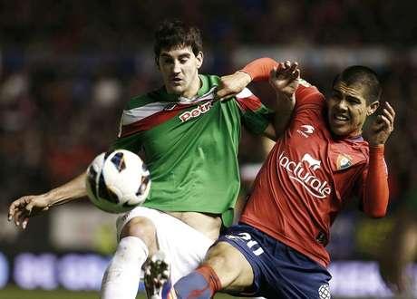Francisco Silva en pugna con un rival del Athletic en el estadio Reyno de Navarra.