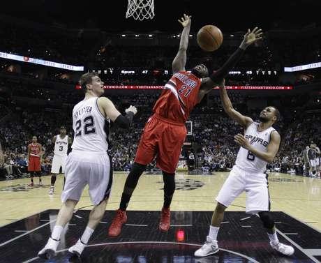 <p>Thiago Splitter participa de lance em derrota dos Spurs</p>