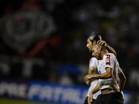 Emerson é consolado por Felipe, autor do gol da vitória do Corinthians