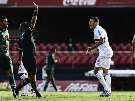 Árbitro Leandro Bizzio Marinho expulsa Lúcio por cotovelada em Valdivia; mesmo com um a menos, o São Paulo segurou o Palmeiras e empatou o clássico paulista por 0 a 0