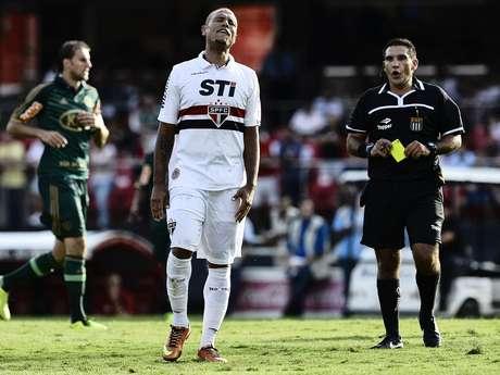 Luís Fabiano se irrita depois de receber cartão amarelo