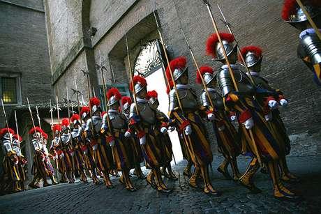 <p>En 1506 nace oficialmente la Guardia Suiza Pontificia. Un grupo de ciento cincuenta suizos, a la orden del capitán Kaspar von Silenen, del Cantón de Uri, entraron por la Puerta del Pueblo en el Vaticano.</p>