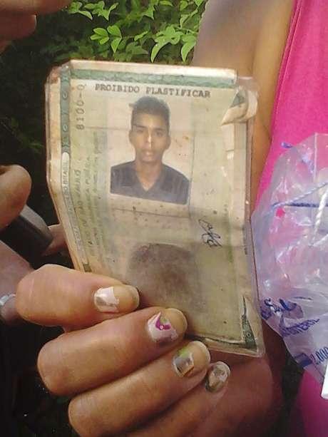 <p>Mãe mostra carteira de identidade de David Santos Souza, ciclista de 21 anos que perdeu o braço</p>