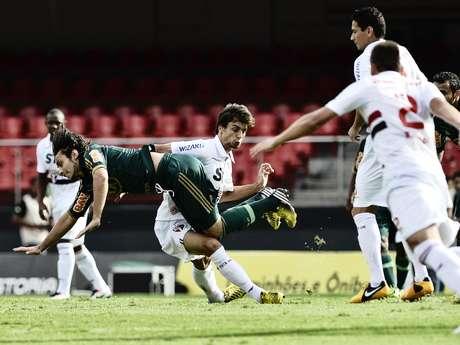 <p>Rodrigo Caio chega na marcação de Valdivia; chileno foi um dos destaques da partida</p>