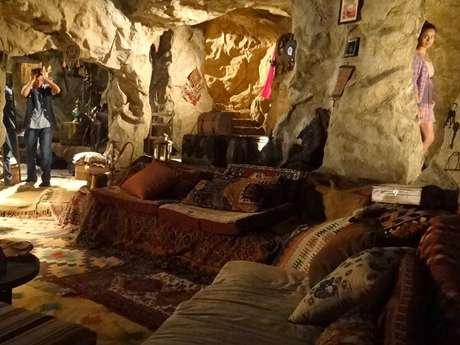 <p>Adam vai se abrigar na caverna de Zyah</p>