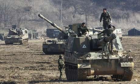 """<p>Tanques sul-coreanos manobram durante o exercício militar anual """"Key Resolve""""</p>"""