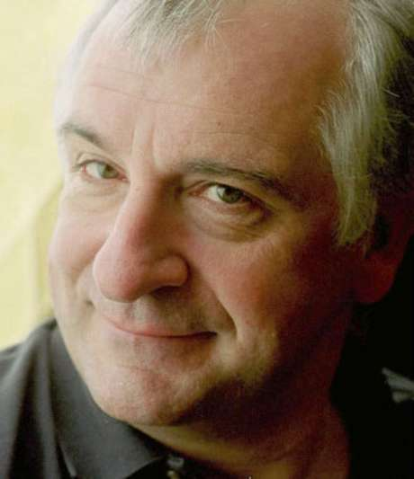 Douglas Adams, autor de O Guia do Mochileiro das Galáxias, faria 61 anos nesta terça-feira