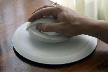 <p>El anillo cuenta con imanes que hacen contacto con la base y permite al accesorio levitar</p>