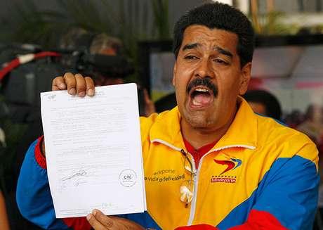 """<p>Maduro, hijo del pueblo, obrero de esta patria estamos dispuestos a empuñar las armas para defenderal país"""", afirmóel presidente encargado.</p>"""