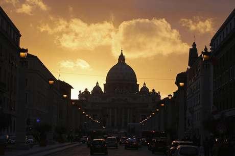 <p>Silhueta da Basílica de São Pedro no Vaticano durante por-do-sol em Roma, Itália</p>