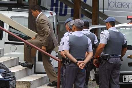 <p>Mizael chega escoltado pela polícia no Fórum de Guarulhos</p>