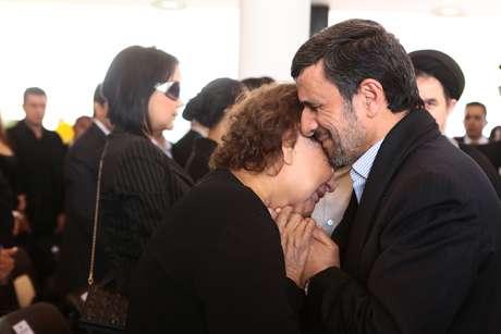 <p>Ahmadinejad consola a mãe de Hugo Chávez, Elena Frias, durante cerimônia fúnebre na Venezuela; essa imagem também gerou polêmica no Irã</p>