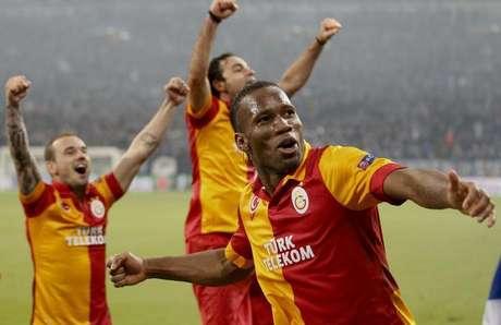 Didier Drogba e outros jogadores do Galatasaray comemoram classificação na Liga dos Campeões após vitória sobre o Schalke 04 nesta terça-feira.