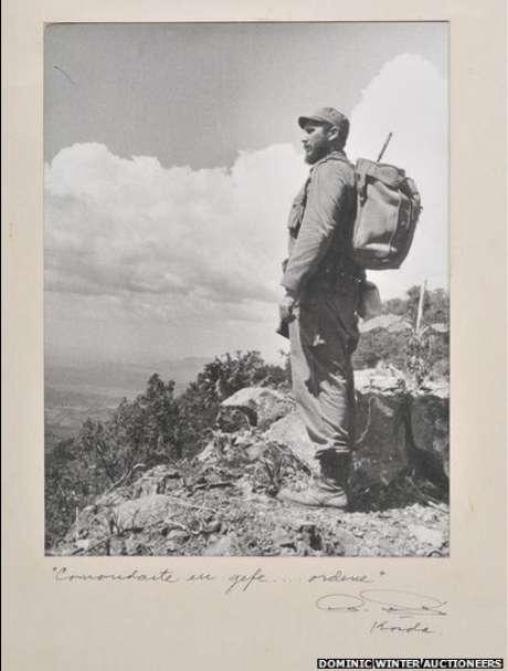 <p>Una extraña colección de fotos antiguas del Che Guevara y Fidel Castro fue vendida por unos US$49.200 en una subasta en Gloucestershire, Inglaterra. La colección incluye la famosa foto de Castro en las montañas, tomada en 1962.</p>
