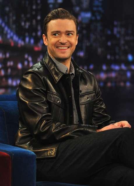 """Luego de haber hecho una parodia del funeral de Hugo Chávez, en el show """"Saturday Night Live"""", Justin Timberlake continuó con las actividades de promoción de su nuevo disco """"The 20/20 Experience"""". En esta oportunidad, aunque Justin no se burló de la muerte, hizo esta confesión: """"Me encanta Kanye West"""", además cantó su nuevo hit """"Suit & Tie"""". Miren las mejores fotos del músico en el set."""