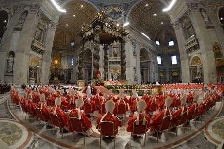 <p>De vermelho e sentados, cardeais acompanham a missa <em>Pro Eligendo Pontifice</em>na manhã desta terça-feira</p>