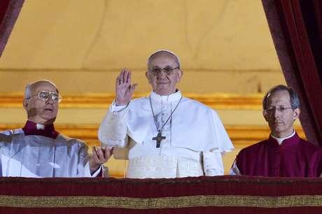 <p>El papa Francisco aparece en el balcón de la basílica de San Pedro por primera vez como Sumo Pontifice</p>