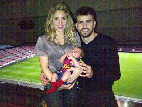 Piqué y su familia posaron tras derrotar al Milan
