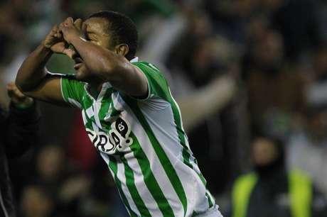 <p>Pabón celebra un gol con la camiseta del Betis.</p>