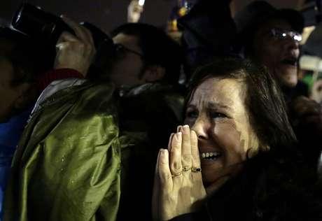 <p>Fiéis presentes na Praça São Pedro, no Vaticano, comemoram anúncio de novo papa depois que a chaminé da Capela Sistina soltou a fumaça branca</p>