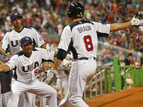 Estados Unidos quedó a un paso de las semifinales del Clásico Mundial de Béisbol al vencer el martes por 7-1 a Puerto Rico.